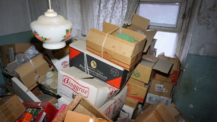 Весь хлам по коробочкам: коммунальщики вывезли 5 тонн мусора из квартиры на Эльмаше