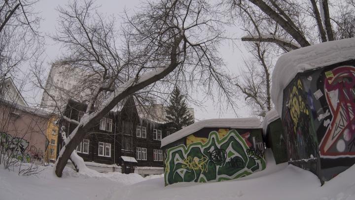Самый незаметный памятник. В цоколе здесь прячется советская гостиница, а у квартир — свои выходы на улицу