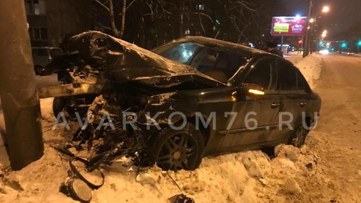 Железо всмятку: в Ярославле «мерседес» влетел в машину ДПС