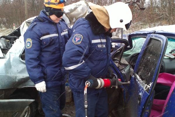 Спасателям пришлось обесточить оба автомобиля