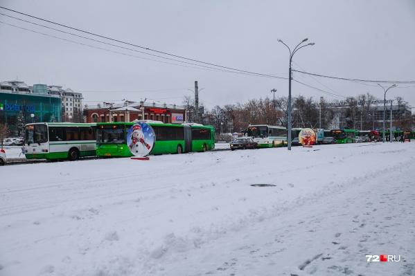 Автобусы и маршрутки всю неделю свободно ездили, но по своей спецполосе. Теперь здесь могут проехать и остальные водители