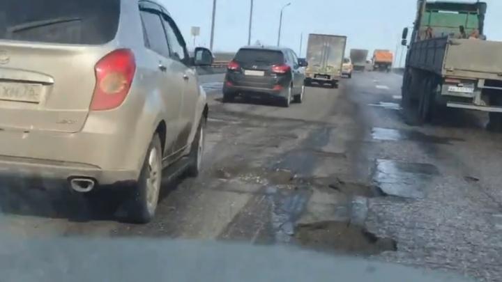 «Оба-на, вот она ямка»: ярославец так задорно обматерил разбитый мост, что это тянет на видео дня