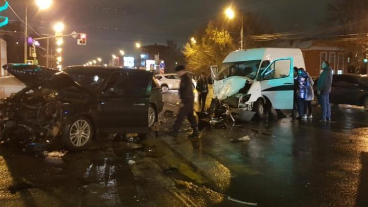 «Врезалась в дом». ДТП с машиной похоронной службы в Ярославле: есть пострадавшие