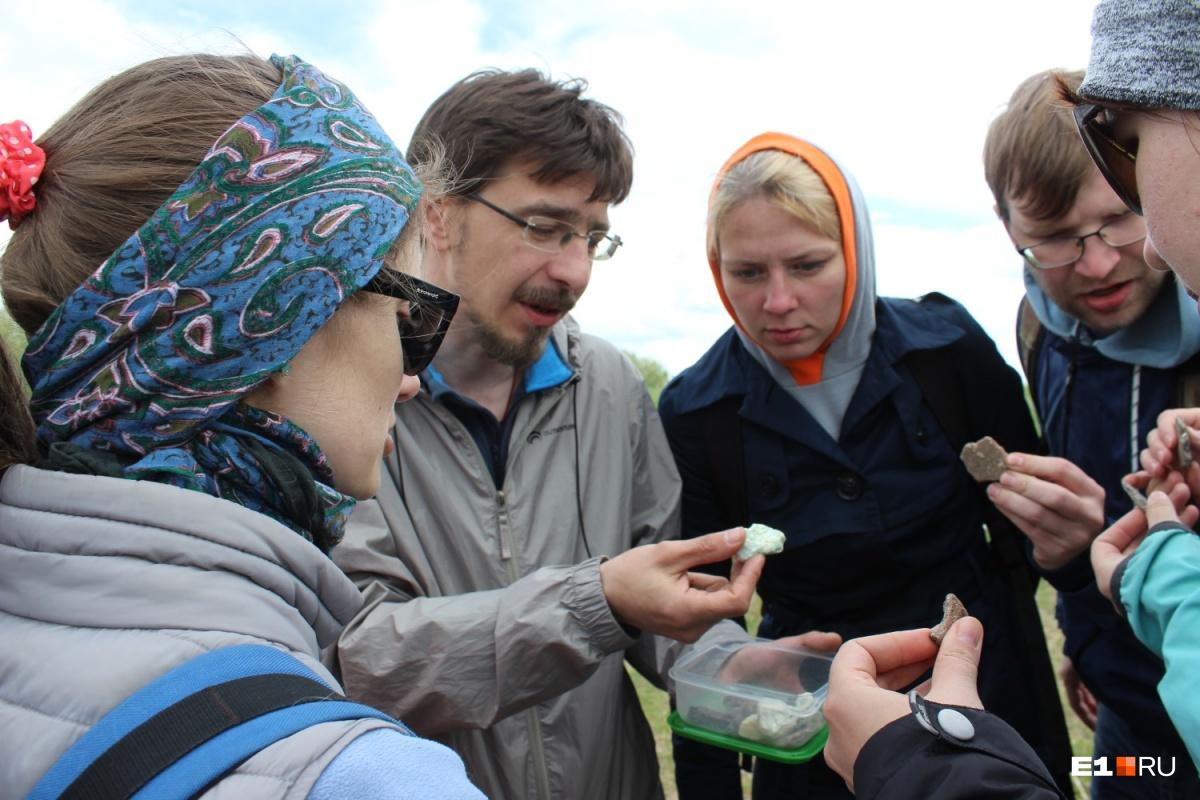 Евгений Рабинович показывает, как могут выглядеть древние черепки