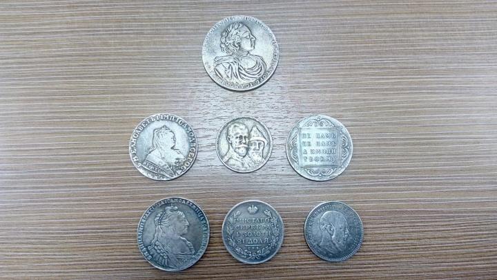 «Чувствую себя Буратино»: екатеринбуржец купил на улице старинные монеты, а они оказались подделкой