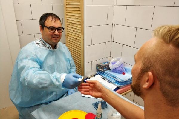 Иван Садыхов (слева) сам проводит экспресс-тестирование