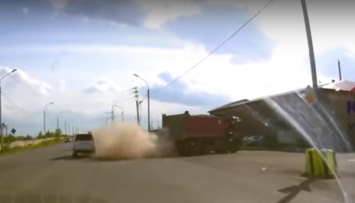 Из-за лопнувшего колеса у грузовика водителю легковушки разбило голову