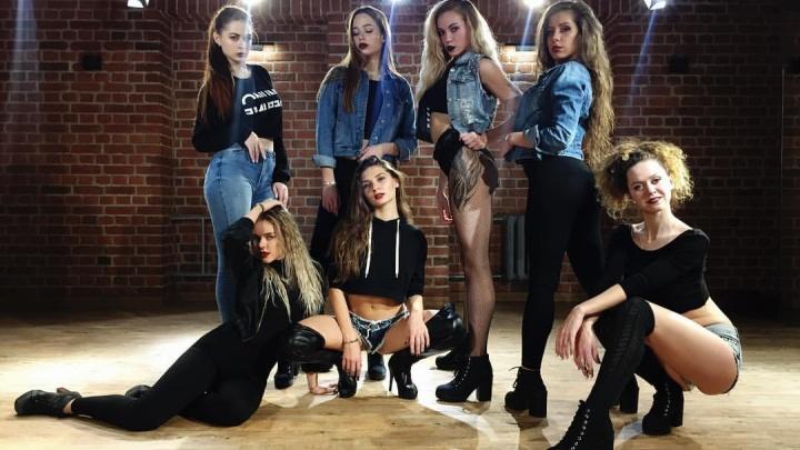 Британская певица попросила новосибирских девушек научить её танцевать