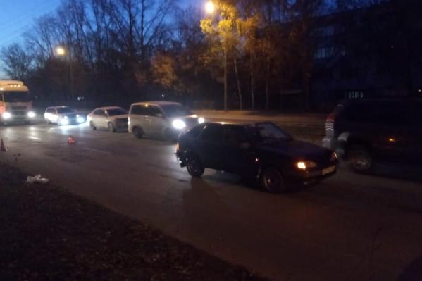 ДТП случилось возле остановки«Сибэлектротерм» — по предварительным данным, семья перебегала дорогу в неположенном месте
