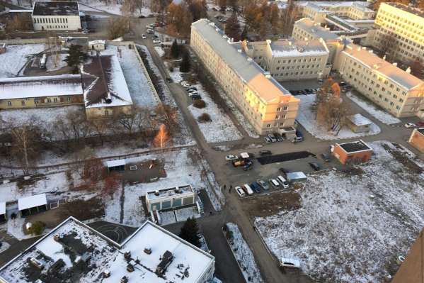 Ночьюдорожники решили сделать парковку на территории городской больницы
