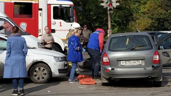 Момент ДТП на Блюхера, в котором пострадали три человека, попал на запись видеорегистратора