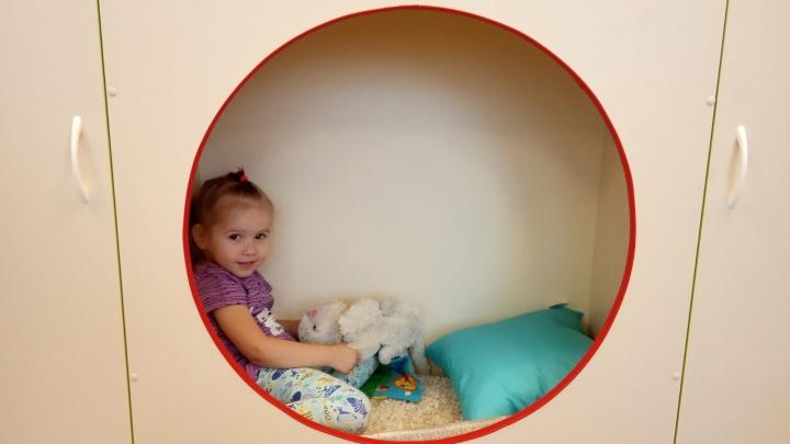В детских садах для малышей сделали пространства для отдыха с коврами и музыкой