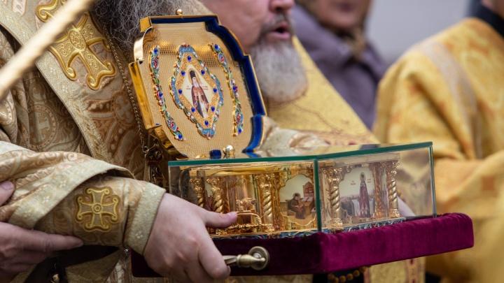 Просили о здоровье: сотни православных челябинцев прикоснулись к мощам святителя Луки