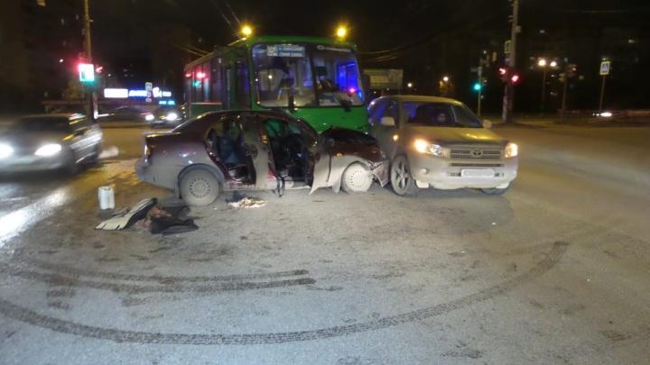 На Объездной маршрутка врезалась в легковушку и зацепила внедорожник, пострадали пять человек