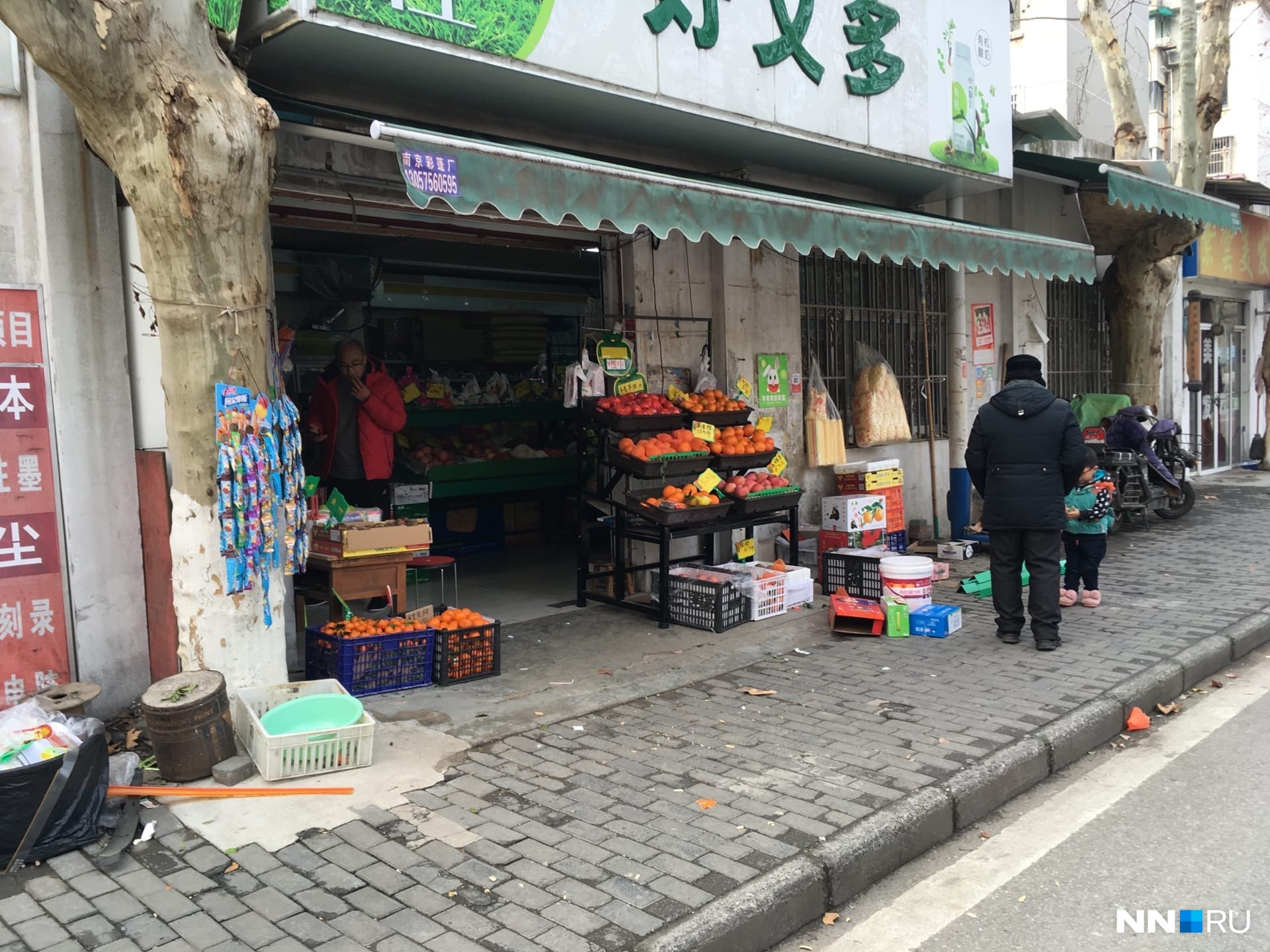 Овощи и фрукты можно купить вот в таких небольших магазинчиках