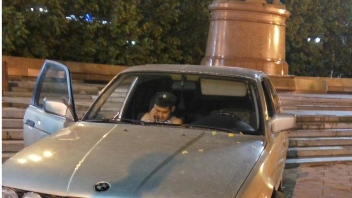 Десантник из Башкирии врезался в памятник в Екатеринбурге