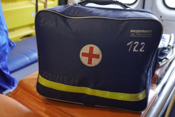 Медики скорой помощи увидели аварию и решили остановиться, чтобы помочь пострадавшим