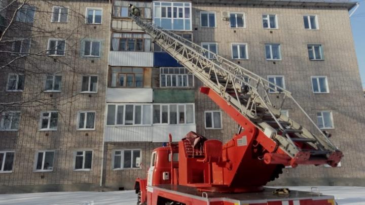 Без сознания — в запертой квартире: в Башкирии женщину спасли через окно