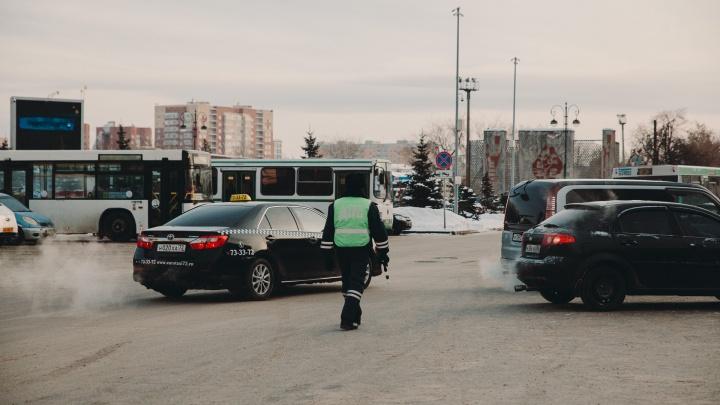 Откровения таксиста: зачем он заклеивает номер пленкой и сколько ему удается заработать за месяц