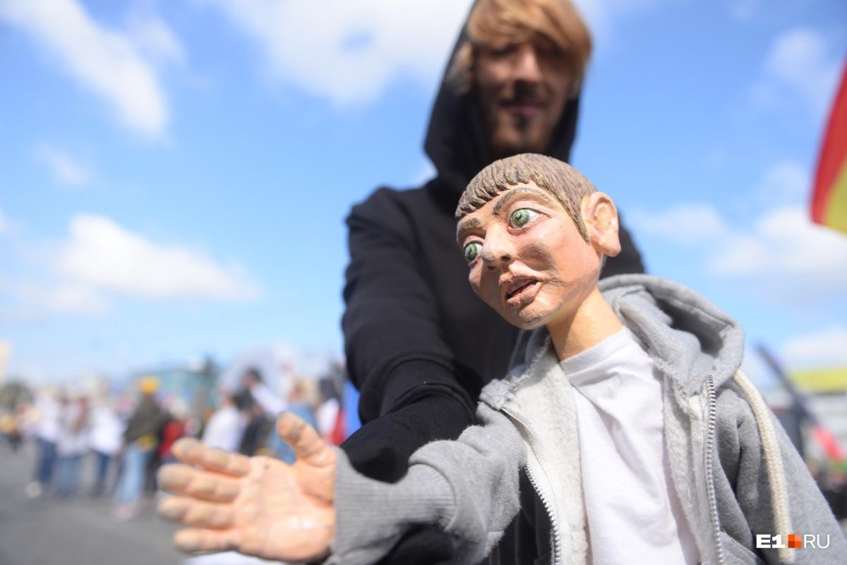 Карнавал в центре Екатеринбурга: на улицы вышли кукольники в диких и откровенных костюмах