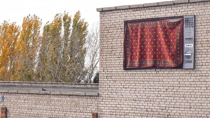 """«""""Плазма"""" моего детства»: самарский уличный художник сделал инсталляцию из ковра на Доме Печати"""
