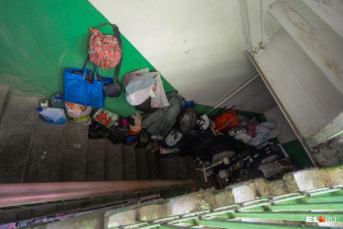 Это лестница вниз (доступ к ней тоже закрыт)