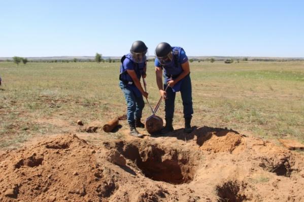 Снаряды в поле взорвут специалисты спасательного центра