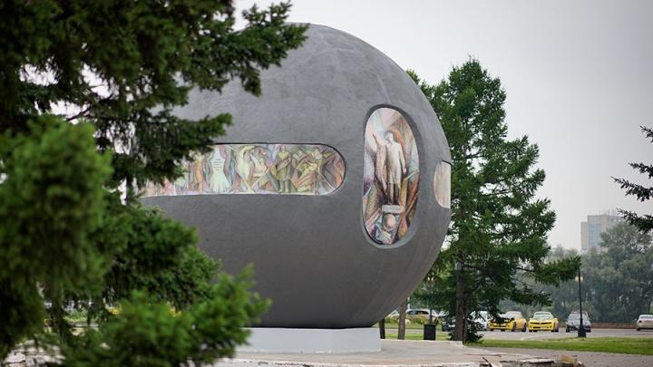 «Шар по бедноте поставили»: омичам предложили задуматься о замене памятника в центре города