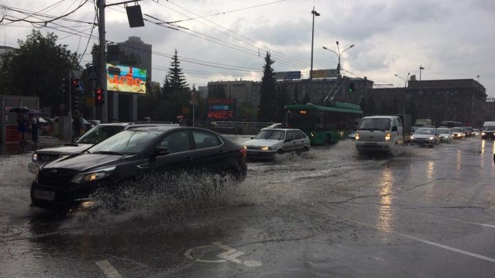 После ливня дороги Новосибирска сковали 10-балльные пробки
