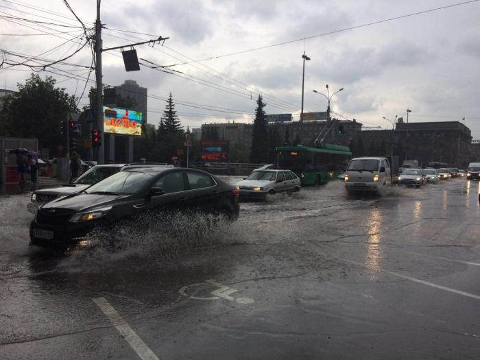 Новосибирские водители встали в 10-балльную пробку вечером 12 июля