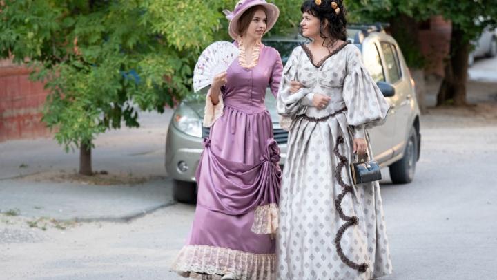 «Если голос в наушниках говорит бежать — бегите!»: на улицах Волгограда ставят необычные спектакли