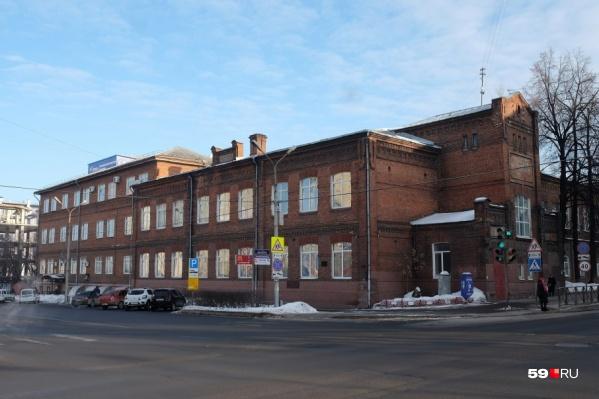 Школа № 7 находится в центре города
