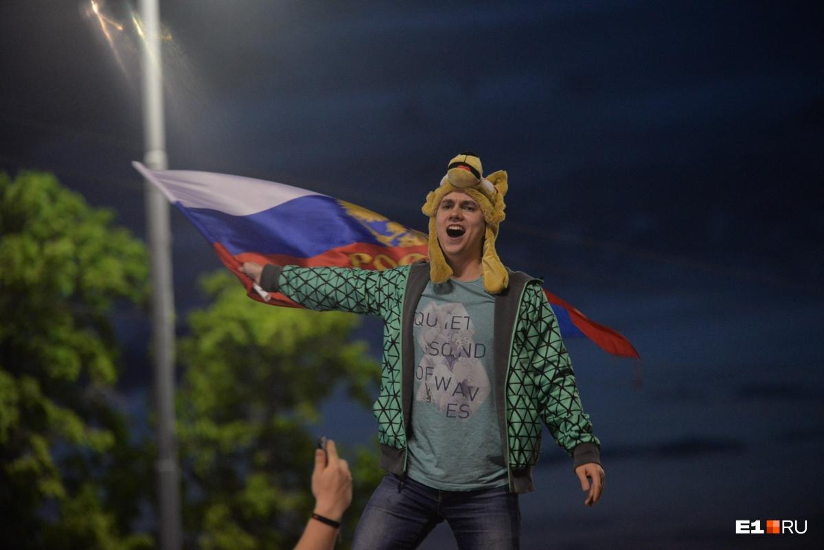 Екатеринбуржцы отметили победу России танцами на машинах и устроили пробку в центре города