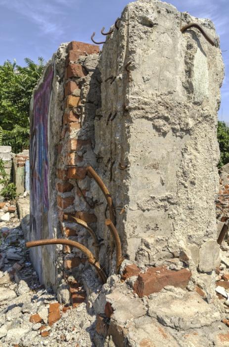 В Кузбассе мужчину насмерть придавило рухнувшей стеной дома