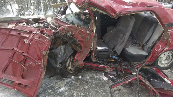 В Прикамье водитель и пассажирка ВАЗа пострадали в ДТП с фурой