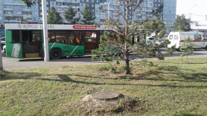 На Урванцева пассажир упал в обморок в автобусе из-за духоты