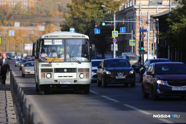 По правилам, если в салоне автобуса пострадал пассажир, водитель должен остановиться и вызвать ГИБДД