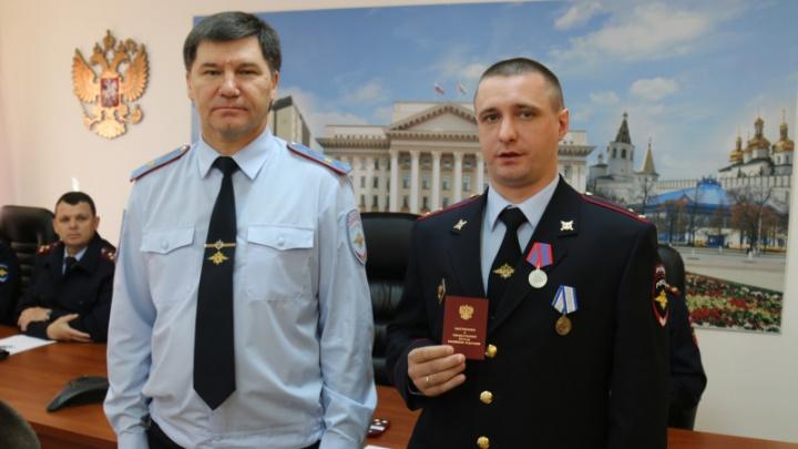 В Тюмени наградили медалью участкового. Он застрелил преступника, напавшего на бабушку с внучкой