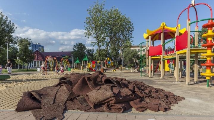 Дыры на детской площадке волгоградской «Сказки» залатали чужими деньгами