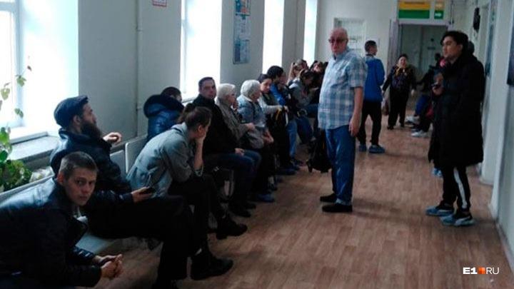 «Дали два градусника на 30 человек»: в больнице на Эльмаше огромные очереди из-за нехватки врачей