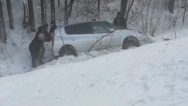 На трассе под Новосибирском опрокинулся автомобиль — пострадали ребёнок и женщина