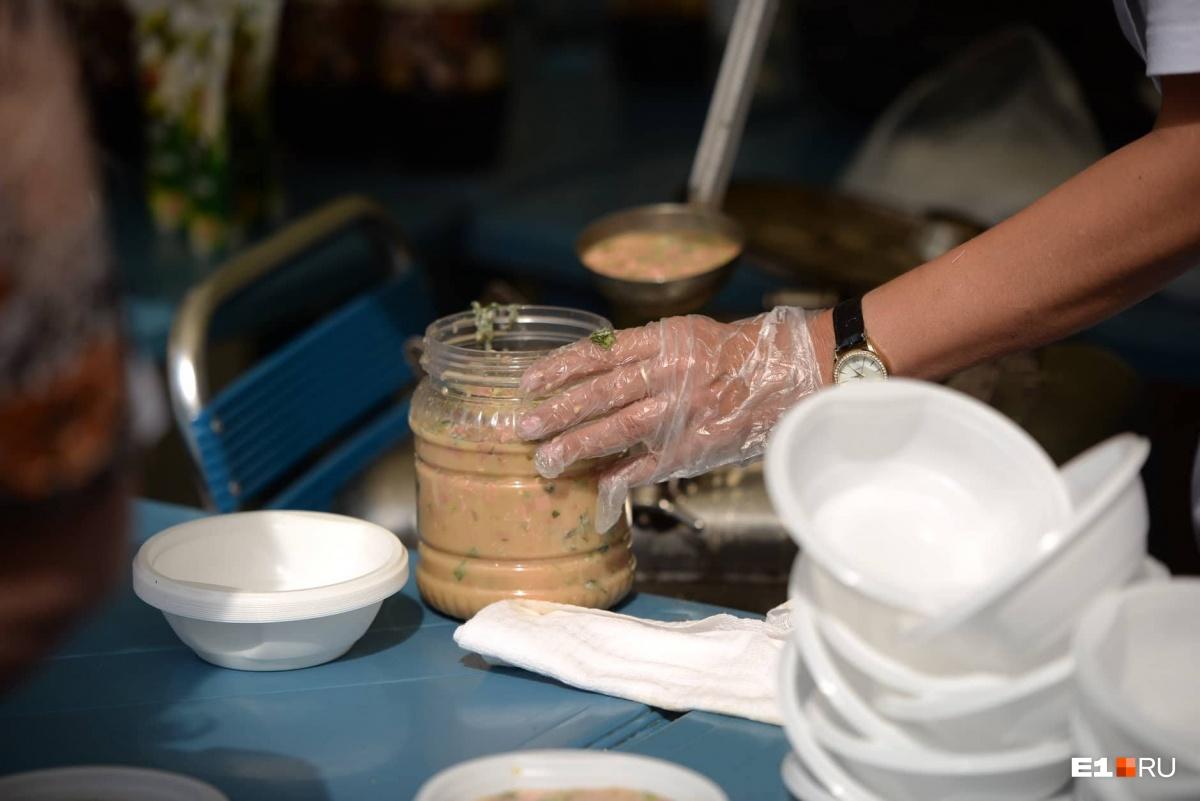 Очередь выстроилась за 40 минут до раздачи: смотрим, как в ЦПКиО съели 700 килограммов окрошки