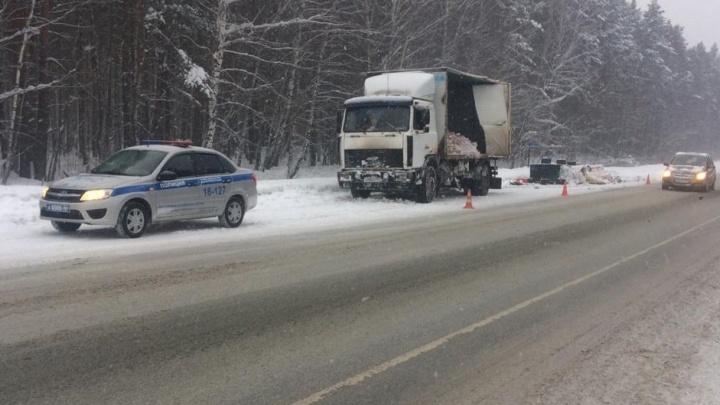 На трассе Тюмень — Екатеринбург грузовик с молоком врезался в автовоз и улетел в кювет