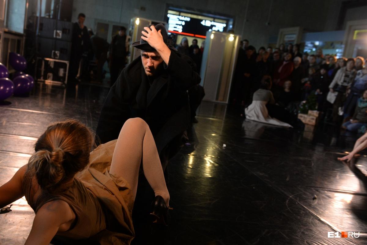 «Провинциальные танцы» устроили необычное шоу посреди зала ожидания екатеринбургского вокзала