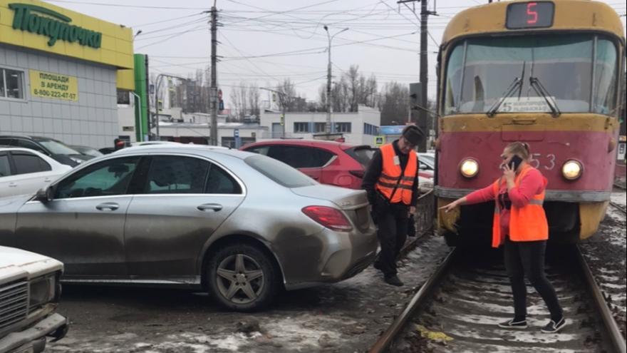 В Волгограде водитель Mercedes с красивыми номерами перекрыл дорогу трамваям