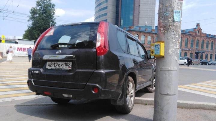 «Я паркуюсь, как...»: атака автохамов на детские площадки и парковки для инвалидов