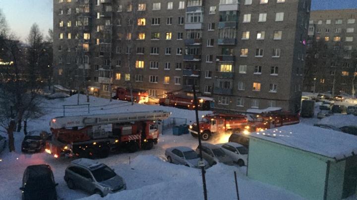 К дому на Затулинке съехались пять пожарных машин