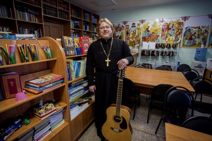Александр Государкин служит вприходе в честь Всех Святых на Новогодней