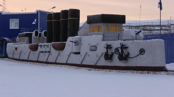 Свердловские заключенные слепили из снега огромный бронепалубный корабль «Варяг»