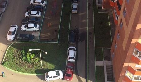 Выброшенный с балкона многоэтажки в «Солнечном» пакет с водой разбил припаркованный «Мерседес»